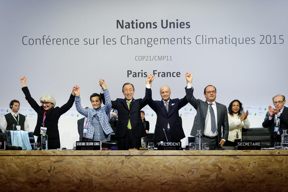 A salute to the newly signed Paris Agreement at the COP21 UN climate change conference, Paris, France / (c) Arnaud Bouissou – MEDDE / SG COP21